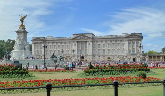 Walk around Buckingham Palace, London
